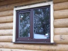 lyubitelskoe-foto-ustanovlennogo-okna-v-derevyannom-dome-s-ispolzovaniem-obsady